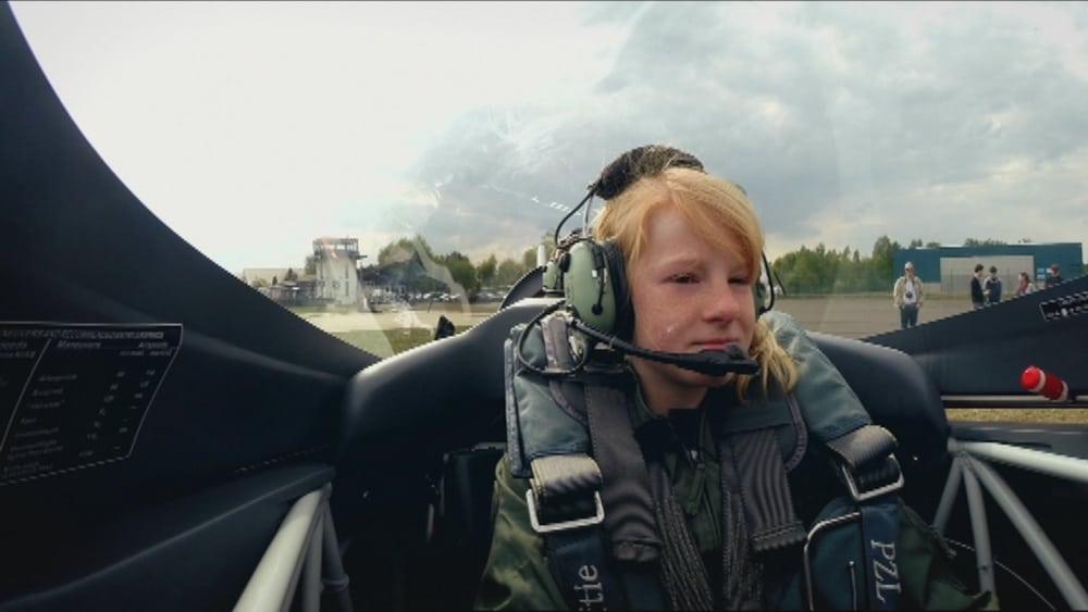 Kinderprogramma De Blacklist met Tom Waes nu op Eén, waarin Hannah Laure een looping met een vliegtuig wil maken